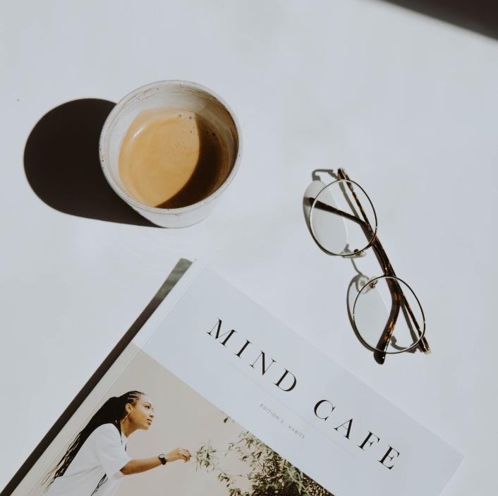 photo cafe lunette et livre